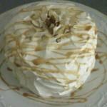 Cake de guineo con relleno de guineo en tentacion y icing de queso crema con caramelo